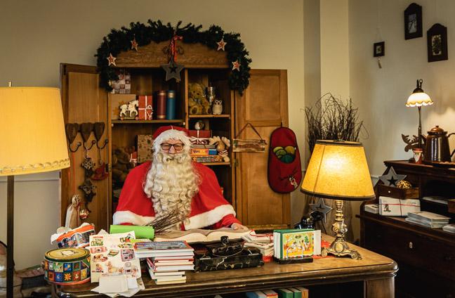 Weihnachtsmann in seiner Stube